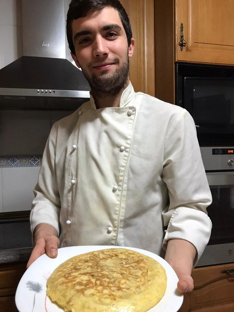Jesús Alfaro muestra una tortilla de patata que ha preparado