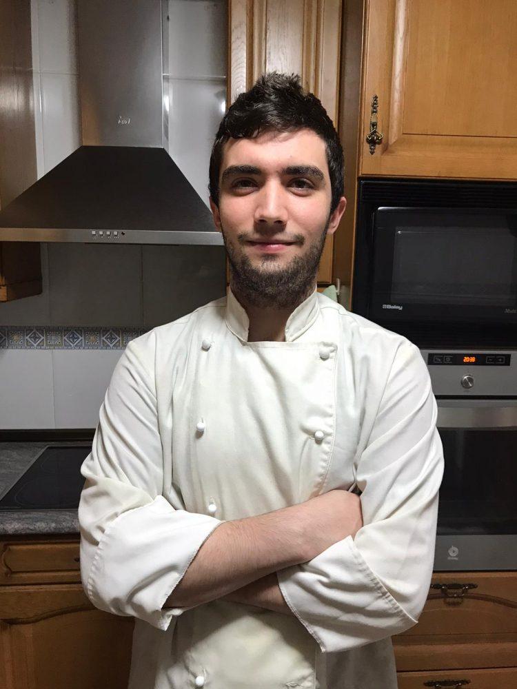 Jesús Alfaro posa en la cocina de su casa.