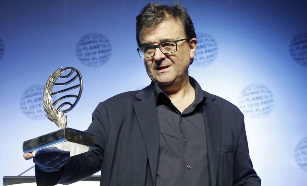 """Cercas sostiene el trofeo que le acredita como Premio Planeta 2019. El finalista fue Manuel Vilas, con su novela titulada """"Alegría"""""""