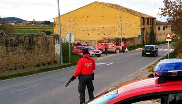 La Policía Foral, realizando un control preventivo en la entrada de Carcastillo