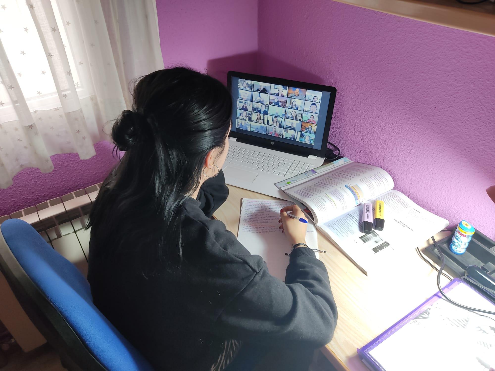 Alumna en clase por videoconferencia