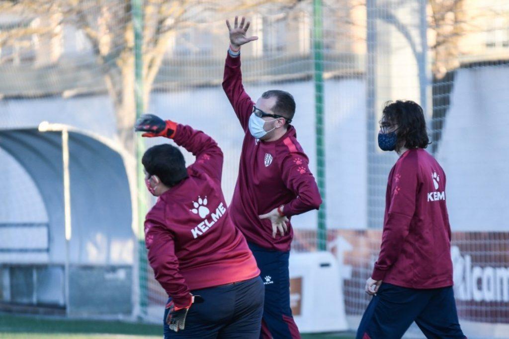 Los jugadores de la SD Huesca Genuine realizan su rutina de calentamiento en las instalaciones San Jorge | @FundAlcoraz