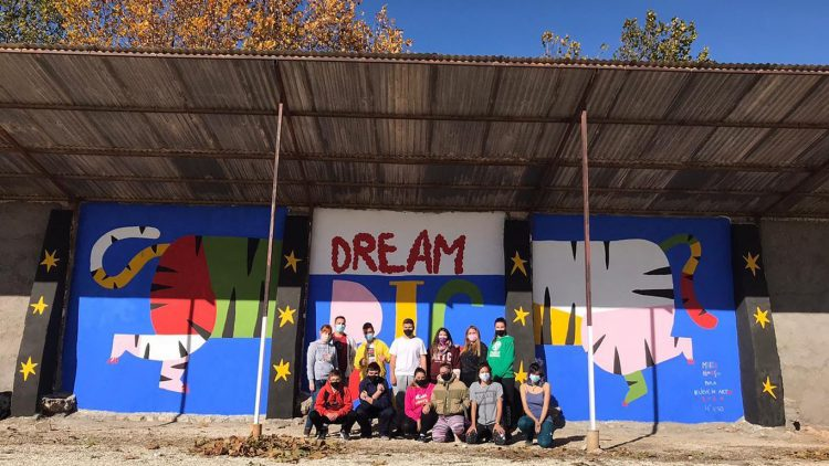 Alumnos del centro Benjamín Jarnés junto al mural realizado por ellos y Believe in Art