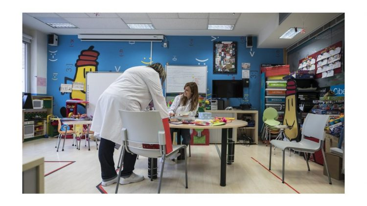 Los profesores del Aula Hospitalaria ayudan a sus alumnos en sus tareas.