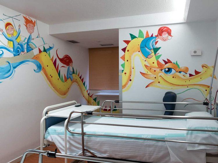 Habitación del Hospital Miguel Servet de Zaragoza que tiene pintado un dragón amarillo con unos niños montados sobre él